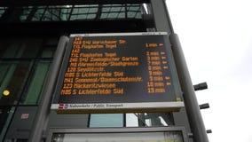 Het Tijdschemaraad Berlin Hauptbahnhof Central Railway Station van het vertrekprogramma stock footage