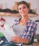 Het tijdschrift van de vrouwenlezing in keuken thuis Royalty-vrije Stock Foto's