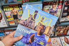 Het tijdschrift van het yogadagboek in een hand royalty-vrije stock foto's