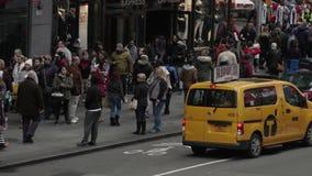 Het Times Square is bezig in het midden van de dag stock video