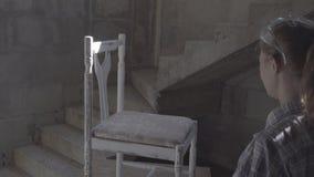 Het timmermansmeisje herstelt en assembleert een stoel stock videobeelden