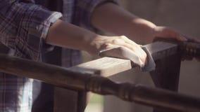 Het timmermansmeisje werkt in de workshop, hersteld uitstekend meubilair stock videobeelden