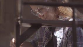 Het timmermansmeisje werkt in de workshop, hersteld uitstekend meubilair stock video