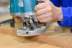 Het timmermanswerk met zandmachine op houten palletachtergrond stock afbeeldingen