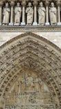 Het timpaan van het portaal van de Dag des oordeels in Notre Dame de Paris Stock Foto