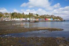 Het Tobermoryeiland van overweegt Schotland het UK Schotse Binnenhebrides Stock Afbeeldingen