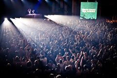 Het toejuichen menigte bij perfomance van David Guetta's Stock Afbeelding