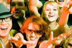 Het toejuichen menigte in discoclub Stock Afbeeldingen