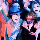 Het toejuichen menigte in discoclub royalty-vrije stock foto