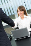 Het toejuichen van Businesspeople door handdruk royalty-vrije stock afbeeldingen