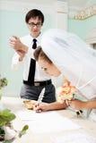 Het toejuichen van de bruidegom aan bruid Royalty-vrije Stock Foto's