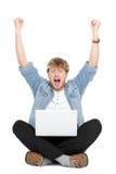 Het toejuichen van de mens met laptop computer Royalty-vrije Stock Afbeeldingen