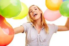 Het toejuichen van de vrouw met ballons Stock Foto