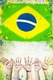 Het toejuichen van handen, en vlag van Brazilië Royalty-vrije Stock Afbeeldingen