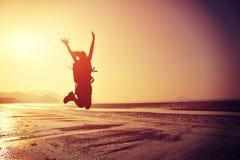 Het toejuichen van het jonge vrouwenwandelaar springen Stock Afbeelding