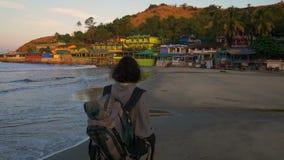 Het toejuichen van jonge vrouw backpacker bij de bergpiek van de zonsopgangkust stock video