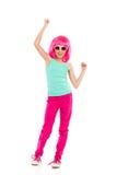 Het toejuichen van meisje in roze pruik Stock Afbeeldingen