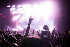 Het toejuichen van menigte bij overleg die muziek van prestaties genieten royalty-vrije stock fotografie