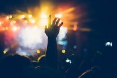 Het toejuichen van menigte bij overleg die muziek van prestaties genieten stock foto