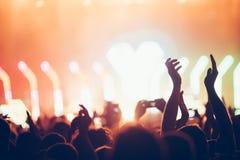 Het toejuichen van menigte met dient lucht bij muziekfestival in royalty-vrije stock foto's
