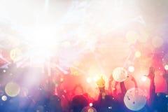 Het toejuichen van menigte met dient lucht bij muziekfestival in stock afbeeldingen