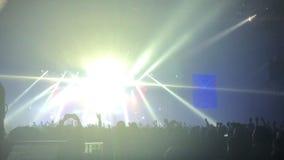 Het toejuichen van menigte met dient lucht bij muziekfestival in stock videobeelden