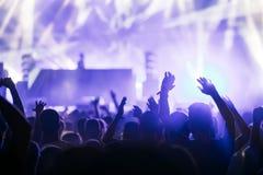 Het toejuichen van menigte met dient lucht bij muziekfestival in royalty-vrije stock fotografie