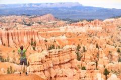 Het toejuichen van vierende gelukkige wandelaar in Bryce Canyon Stock Fotografie