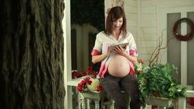 Het toekomstige moeder typen op aanrakingsstootkussen stock footage