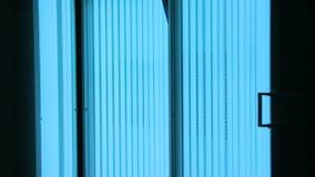 Het toelaten van Verticale solarium UVstralen van blauw licht stock video
