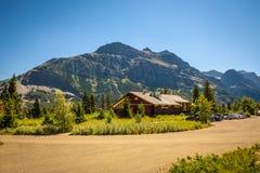 Het toenemen de Herberg van de Zonmotor dichtbij Heilige Mary Lake in Gletsjer Nationaal Park royalty-vrije stock fotografie