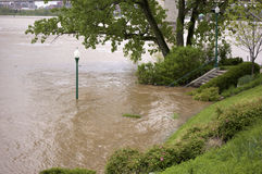 Het toenemen Floodwater op een Rivier royalty-vrije stock afbeeldingen