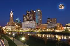 Het toenemen maan boven Columbus, Ohio royalty-vrije stock afbeeldingen