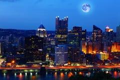 Het toenemen maan boven Pittsburgh, Pennsylvania stock afbeelding