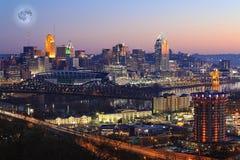 Het toenemen maan over Cincinnati, Ohio royalty-vrije stock fotografie