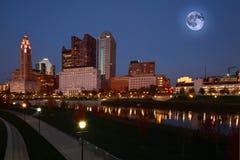 Het toenemen maan over Columbus, Ohio stock fotografie