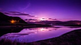 Het toenemen maan over watermaanlicht royalty-vrije stock afbeelding