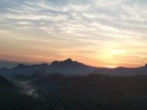 Het toenemen zon achter de bergen Stock Afbeelding