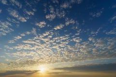 Het toenemen zon over blauwe hemel met cirrocumuluswolken stock fotografie