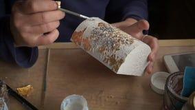 Het toepassen van Bladgoud De Kunstenaar verfraait het vakje met een blad van goud Restauratie van het binnenland stock videobeelden