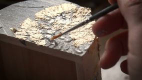 Het toepassen van Bladgoud De Kunstenaar verfraait het vakje met een blad van goud Restauratie van het binnenland stock video