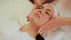 Het toepassen van de room op het gezicht Het kosmetische procedures Mechanische schoonmaken van het gezicht cosmetology stock footage