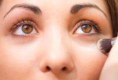 Het toepassen van gezichtspoeder op een mooi meisjesgezicht Stock Foto