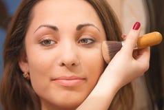 Het toepassen van gezichtspoeder op een mooi meisjesgezicht Royalty-vrije Stock Foto
