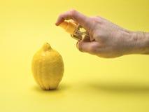 Het toepassen van glycerine op een citroen op gele achtergrond Royalty-vrije Stock Afbeeldingen