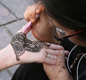 Het toepassen van Henna Stock Afbeelding