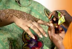 Het toepassen van henna Stock Foto