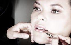Het toepassen van lippenstift stock afbeeldingen