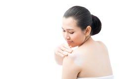 Het toepassen van lotion op huid Stock Foto