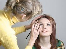 Het toepassen van make-up Royalty-vrije Stock Afbeeldingen